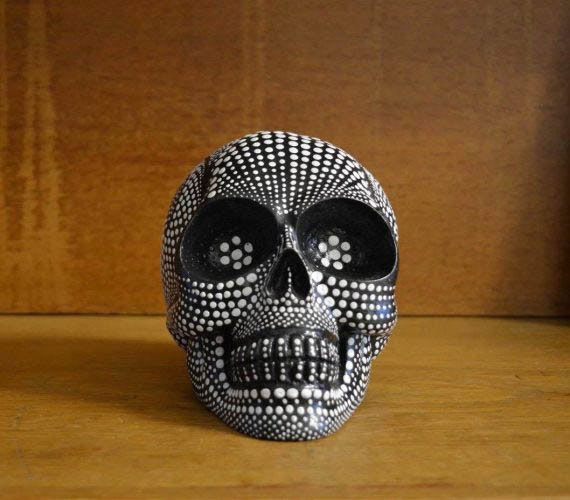Skull_dotted_front_01_bw