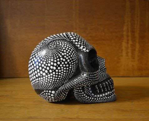 Skull_dotted_side_01_bw